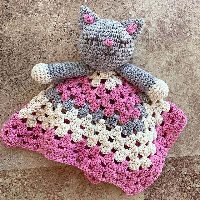 Many Cats Square Pillow Free Crochet Pattern   DailyCrochetIdeas   640x640