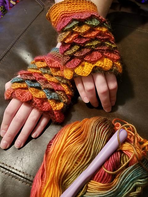 Dragon Scale Fingerless Gloves Free Crochet Pattern Dailycrochetideas